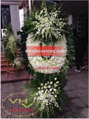 vòng hoa to đại màu trắng tại 125 phùng hưng