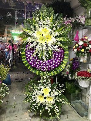 vòng hoa lan tím và trắng